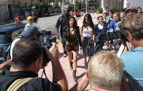 kim-kardashian-paparazzi-fans-dash-miami-3-491x315